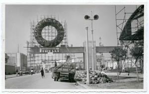 Una delle ultime fasi di costruzione del posteggio Pirelli. Posa del pneumatico gigante Tractor Agricolo.