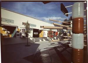 Veduta parziale del posteggio Pirelli. Sullo sfondo teche espositive dell'Azienda Monza e dell'Azienda Roma.