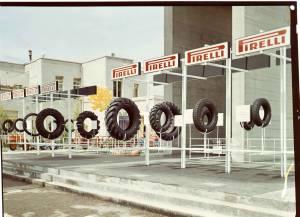 Esposizione di una serie di pneumatici per agricoltura Pirelli