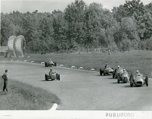 Vetture sul Circuito di Monza durante il Gran Premio d'Italia del 7 settembre 1952. Sullo sfondo un cartellone pubblicitario Pirelli Anteo.