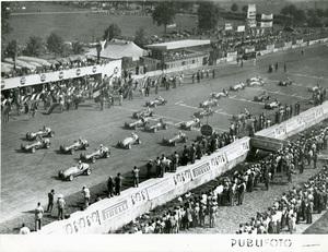 Vetture sul Circuito di Monza durante il Gran Premio d'Italia del 7 settembre 1952. Lungo i guard rail del circuito sono visibili dei cartelloni pubblicitari Pirelli.